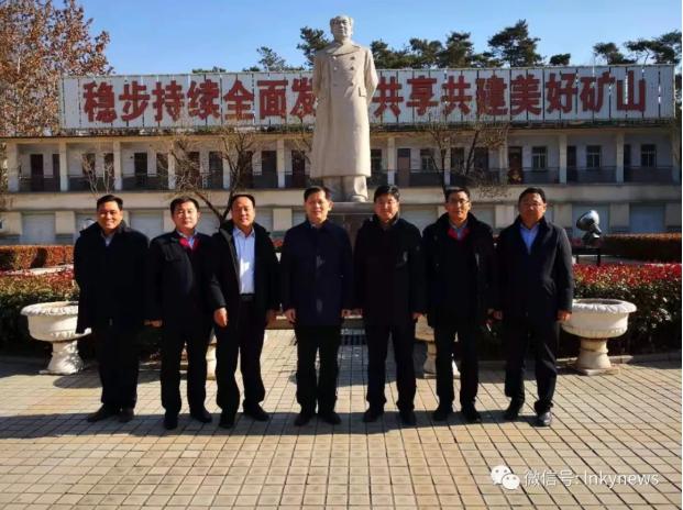 沂水县委书记薛峰愉快地与    公司领导和诸葛镇领导合影留念